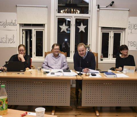 GOD STEMNING: Det var god stemning i det siste kommunestyremøte. F.v.: Jorunn Tisjø, varaordfører Jan Petter Abrahamsen, ordfører Grunde W. Knudsen og kommunedirektør Inger Lysa.
