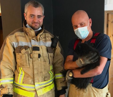 REDDET KATT FRA OVNSRØR: Det var brannkonstablene Knut Martin Waasjø (t.h.) og Arvid Nilsen som sto for redningsaksjonen på Helle tirsdag.
