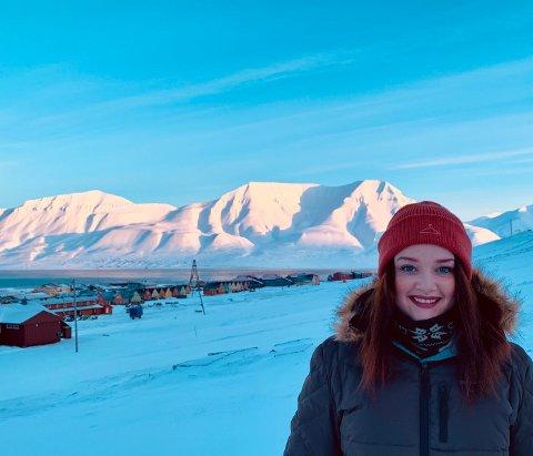 BOR I LONGYEARBYEN: Svalbard har gitt Maria Bergan Johansen noen fantastiske opplevelser, som hun ikke ville vært for uten. I jula lusket en isbjørn rundt i sentrum. (Bla for å se flere bilder).