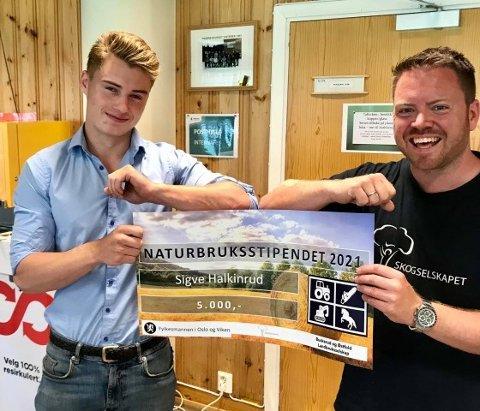 OVERREKKELSE: Sigve Halkinrud fra Kongsberg videregående skole er en av sju naturbruk-elever som vant stipend. Til høyre står Karl Henrik Skinstad Berke fra Skogselskapet i Buskerud.