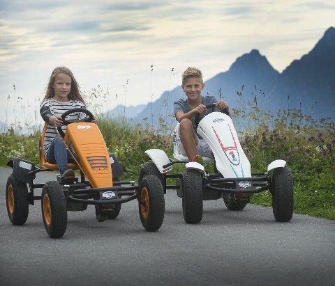 Tråkker til: Anne Killi Blom og Erlend Ellingsen koser seg på tråbilene i Skrova. Foto: Anders Carlsson