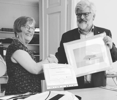 Styreleder i Voksenopplæringsforbundet i Østfold Bjørn Eriksen overrakte prisen til Østfold Husflidslags leder Gro Staal Martinsen.