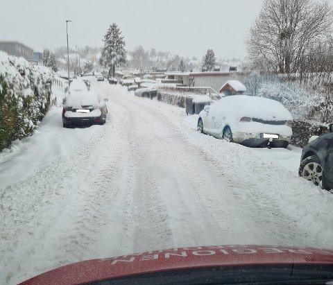 FARLIG: Det kan bli livsfarlig og få store konsekvenser hvis ikke brannvesenet eller de andre nødetatene kommer fram, og brannvesenet oppfordrer derfor folk til å tenke seg godt om før de parkerer ute i snøen. Bildene viser gater i Moss tatt av MIB denne uken.