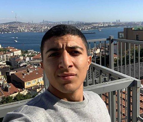 Akkurat nå sitter en 17 år gammel gutt fra Kolstad alene på et hotellrom i Istanbul. Spørsmålet er om han får sjansen til å bli stjerne.