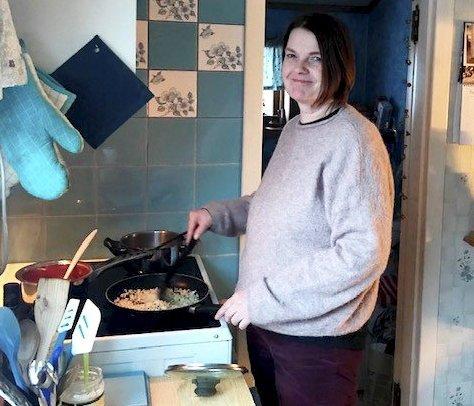 Lager vegetar: Berit Hansen i sving ved komfyren. Hun lager ofte vegetariske måltider. Foto: Magne Hagberg