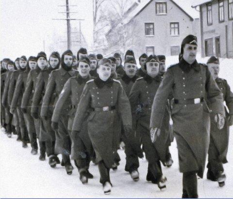 Marsjerer: På forsiden av Mjøsmuseets årbok 2019 er et bilde av tyske soldater som marsjerer inn i Raufoss sentrum 20. april 1940. Foto: Raufoss industrihistoriske samlinger