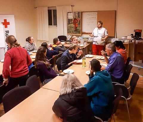 OPPSUMMERING: Beredskapsleder Karl Johan Liavad i Vestby og Ås Røde Kors evaluerer øvelsen sammen med deltagerne.