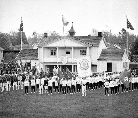 LOVISENLUND IDRETTSPLASS. Det forrige klubbhuset på Lovisenlund var unektelig en stiligere bygning enn den nåværende. Bilde fra et turnstevne på 1960-tallet.