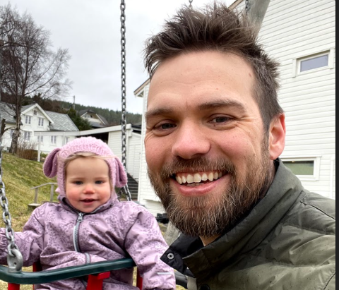 Småbarnspappa Brage Bang Bjørkmo er med i firkløveren som startet podkasten Snipp Snapp Snute i april 2020. Her sammen med dattera Billie.