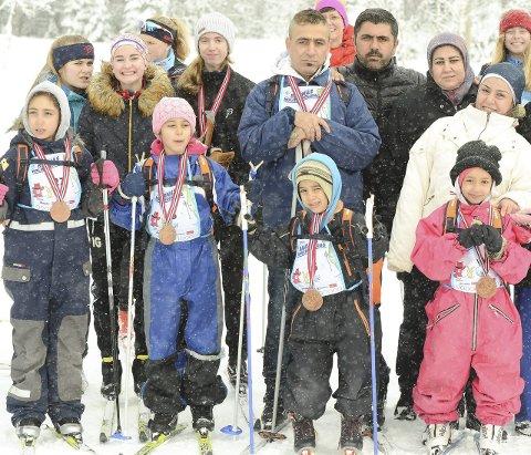 En stor gruppe fra Hvalsmoen Asylmottak gledet seg over å gå på ski på Barnas Ringkolldag - noen av dem for aller første gang.