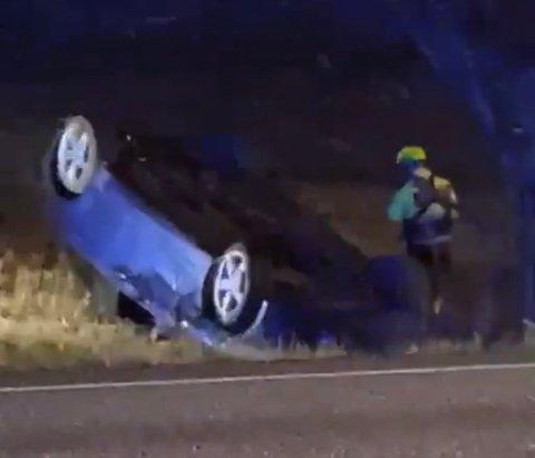 ENDTE PÅ TAKET: En mann i 30-årene er anmeldt etter at kjøreturen endte på taket ute på et jorde i Ullensaker tirsdag kveld.