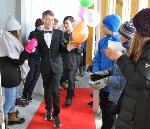 Rød løper: Som ei ekte filmstjerne ankom Even Fjelle på den røde løperen, omgitt av klassekamerater. Bak han følger Philip, som var statist i tv-serien.