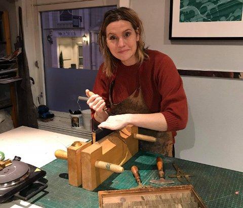 TRADISJONSHÅNDVERK: Lisa Bøthun er opptatt av kvalitet og godt håndverk, og å finne riktig innbindingsteknikk og materialer når hun skal lage en helt ny bok eller ønsker å binde om en gammel.