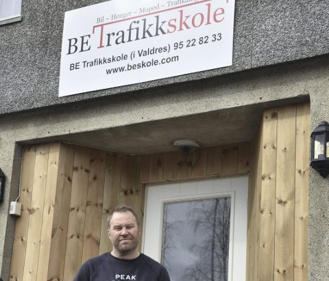 Gleder seg: Morten Skrindsrud, daglig leder hos BE Trafikkskole på Fagernes, forteller at de er i gang for fullt denne uka. Bøygen i tida framover vil helt klart bli ventetida for å kjøre opp hos Statens vegvesen.