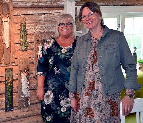 Glad gallerist:  Utstiller Merete Tambini Haugland og gallerist Kjersti Grytnes Jordet side om side på låven.