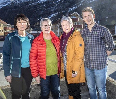 Trening: Fysioterapeutene Gunn Karin Vang (t.v.) og Jan-Eivind Holsem har fått med Jorun Teilgaard (midten til venstre) og Anne Grete Fostervoll Lie som intruktører til «Sterk og stødig», et tilbud for eldre i Sunndal.
