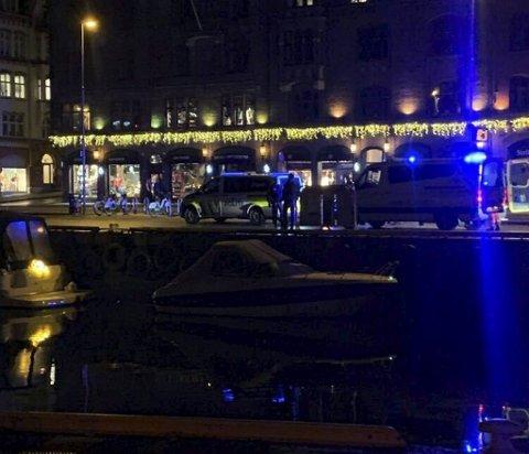 Nødetatene rykket ut til Bryggen søndag kveld etter melding om to menn i sjøen.