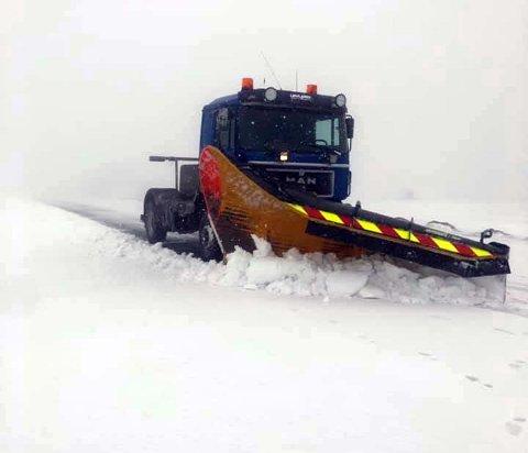 Løvland Maskin og Transport as er i full sving med å brøyte veien til Nordkapp.