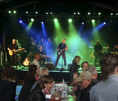 Helt orkester: Bandet består av 10 musikere . Under glommafestivalen hadde de med seg fire blåsere.                                                                                                 FOTO BEGGE: HARRY JOHANSSSON