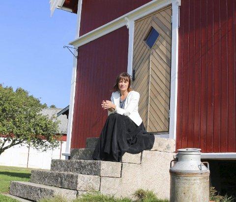 Urban gårdsjente: Karmenlara Ely flyttet fra et av de hippeste områdene i New York til Fredrikstad for å jobbe ved akademiet for scenekunst. Nå bor hun på en gård i Skjeberg – og hun elsker det.