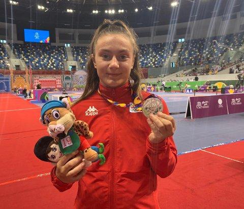 FORNØYD: Othelie Høie kunne smile bredt etter sølvmedaljen i Baku tirsdag ettermiddag.