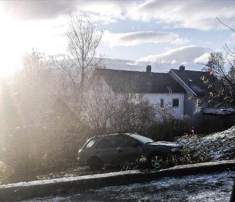 PÅ BLANKSLITTE DEKK: Bilen har gått rett over fortauet og havnet i hagen til et privathus.