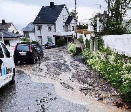 STORE SKADER: En vannlekkasje i Skistua i juni 2019 førte til store skader på vei og fortau i området.