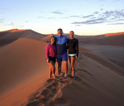 På toppen: Weni Bjørnseth, Amund Eidlaug og Thea Nystuen på toppen av Dune 45.