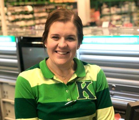 NORGES HYGGELIGSTE?: Marthe Gulli (33) fra Kiwi Gjemselund i Kongsvinger er en av finalistene i kåringen av Norges hyggeligste kassadame/kassamann.