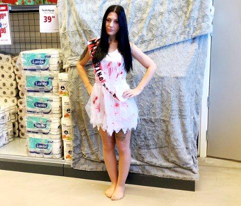 Sara Janeth Holen er ikke spesielt komfortabel med å kle seg i dette kostymet.