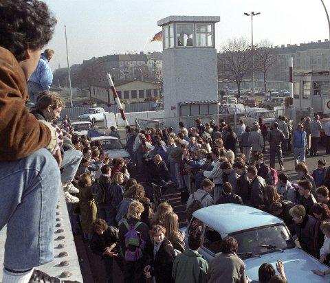 MURENS FALL: Gledesscener 10.11.1989 ved en grenseovergang. Foreningen trues 30 senere av forvitring i Europa pga EUs politikk, skriver innsenderen.Foto: Scanpix