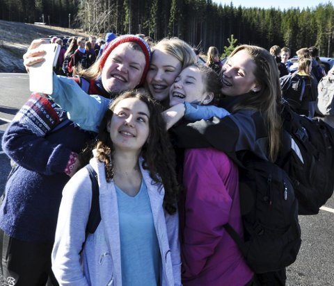 SELFIE: Dette laget måtte selvsagt ta en selfie før turen. Fra venstre: Vilde Gjesdal, Isabelle Jenssen, Ida Maria Granum og Selma Fossheim. Foran står Durina Amiti.