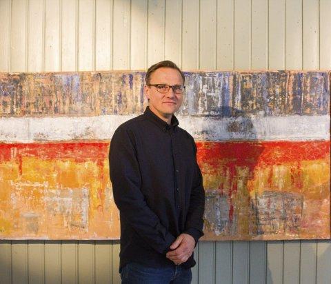 BILDER FRA INGENMANNSLAND: Dag Ronny Pettersen holdt for første gang utstilling i hjembyen sin. Her står han foran maleriet han sist malte, og som ennå ikke er helt tørt.