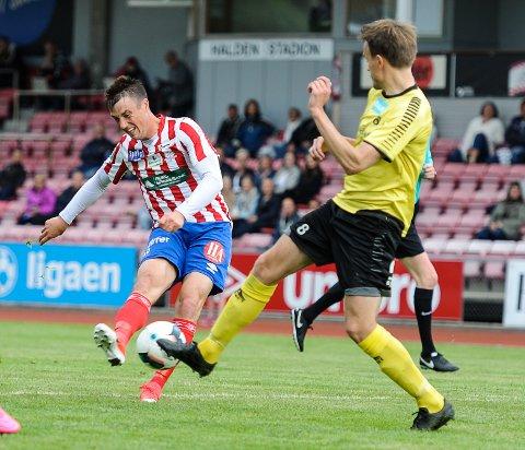 SCORET TO: Björn Berglund scoret to mål og spilte en meget god kamp på topp for Kvik Halden, som likevel endte med null poeng mot Moss...