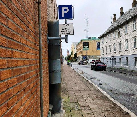 LOV NÅ: Skåregata øst for Markedet er bred nok til at de går greit å parkere ved fortauskanten. Det bidro til at parkering forbud-skiltene kunne fjernes.