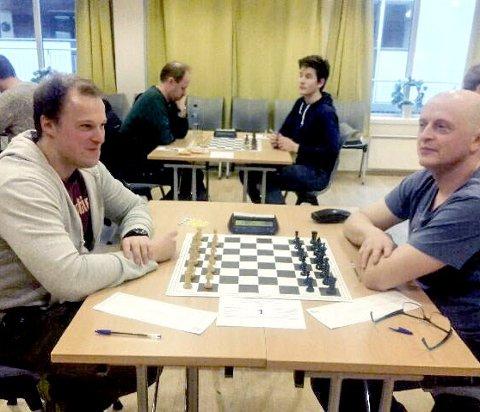 Møttes: Kristian Røilid t.v. og Trond Kristensen fra Mosjøen Sjakklubb møttes i et Sjakkturnering i Bodø.