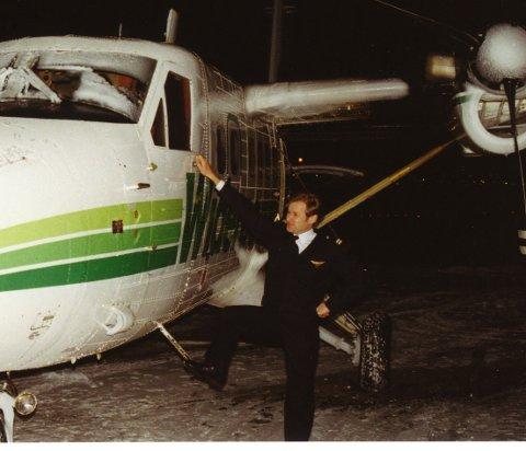 Ismannen Are Børgesen foran Twin Otteren han måtte lande i Lakselv ved å se gjennom et lite hull i isen på frontruta. Bildet tatt en stund etter landing.
