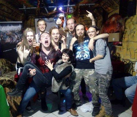 VILT: Karene I Wildnite, her omringa av ville fans, fikk en opplevelse utenom det vanlige da hardrockerne turnerte i Tsjekkia, Slovakia og Polen. ALLE FOTO: PRIVAT