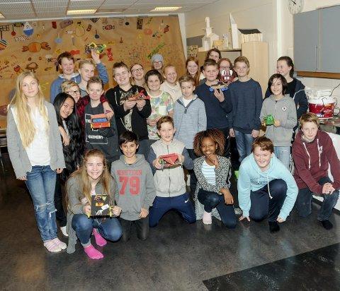 Så var det fest: Dette er alle elevene i sjuende trinn på Helle skole. Da bildet var tatt, var det klart for kakefest og påskeferie.