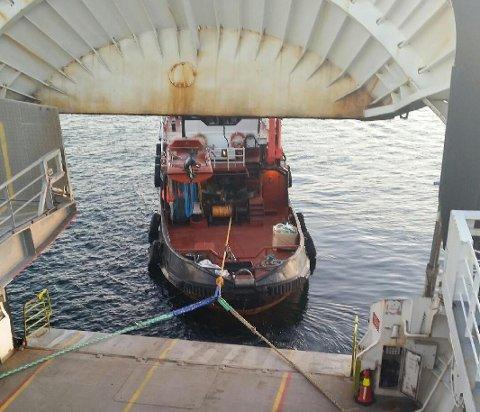Ein taubåt prøvde å dra ferja av grunnen ved 14.30-tida, men fekk berre rikka den nokre centimeter. (Mobilfoto: Synnøve Maria Hjelmeland).
