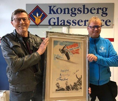 SOLGT: Thor Stensrud (t.v.) og Bent Hogstad med plakaten som er auksjonert bort for 25.000 kroner til inntekt for Kongsberg i Våre Hjerter.