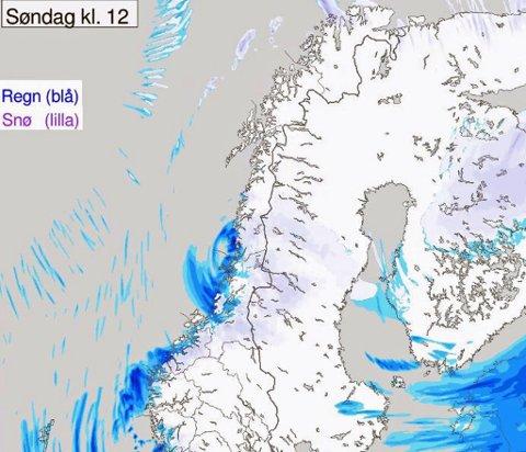 TAR MED SNØ: Satellittbildet viser snøbyger i havet utenfor Troms.  De vil trolig nå land mandag. Foto: Yr/Skjermdump
