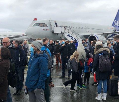 EVAKUERT: Flyet til Svalbard ble evakuert, og samtlige passasjerer måtte gjennom ny sikkerhetskontroll.