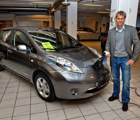 ELBIL PÅ ALVOR: Daværende salgssjef hos Topp Auto, Jan Richard Myhrvold, presenterer første generasjon Nissan Leaf, som stod for den første elbil-revolusjonen.ARKIVBILDER: HER BRYNJAR EIDSTUEN, ELLERS ØYVIN SØRAA