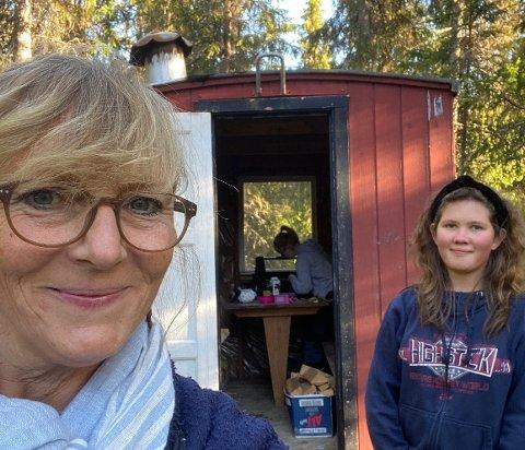 FORANDRING FRYDER: En falleferdig brakke skal forvandles til et koselig krypinn. Bente Stadsvoll (til venstre), Amalie Stadsvoll Bjørnerud og Hanne Nygård gleder seg til å ta fatt på oppgaven.