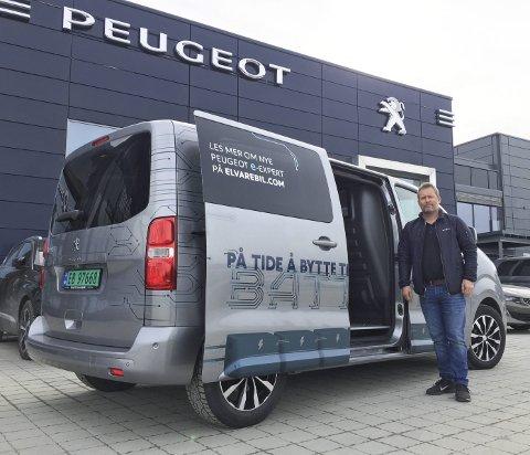 ELEKTRISK FRA A TIL å: Espen Larsen hos Bertel O Steen har en rekke elektriske varebiler å by på, her en Peugeot e-Expert.FOTO: ØYVIN SØRAA