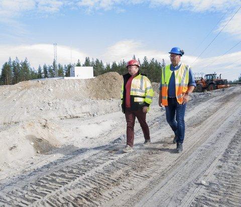 BYGGEARBEID: Jostein Nybråten og Magne Lohre i området hvor det skal gjøres en stor utvidelse av Ringerike vannverk.