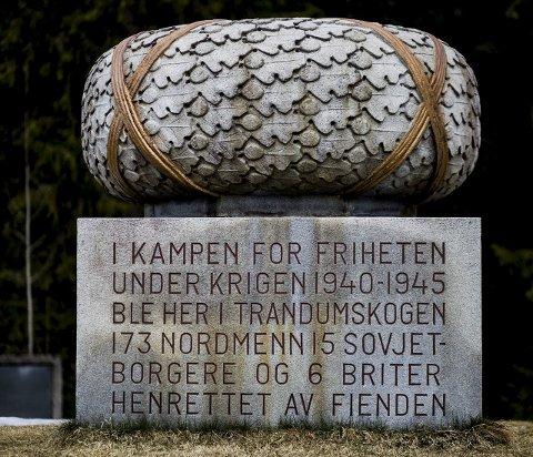 Det er reist en stor laurbærkrans i granitt til minne om dem som ofret livet i kampen for frihet. FOTO: Tom Gustavsen