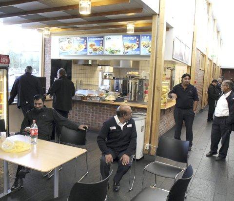 BLE STENGT: Japp Kebab holder til i taxidepotet i Henrik Ibens veg på Gardermoen, og besøkes av svært mange sjåfører i løpet av et døgn. FOTO: kjell aasum