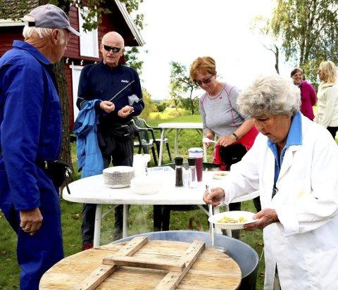 MATSTASJON: Bjørn Fosnes, Hallvard Berg, Jorunn Berg, Frøydis Christoffersen sørger for påfyll av energi underveis på turen fra Gullaug til Slemmestad.